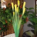Изкуствено растение с жълт цвят